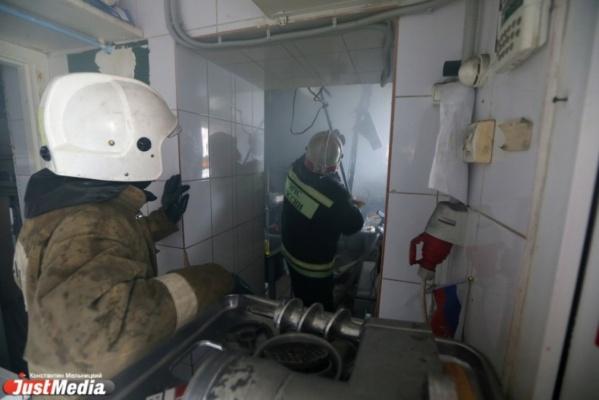 СРОЧНО! В центре Екатеринбурга сгорел сербский гриль-бар «Сливовица»