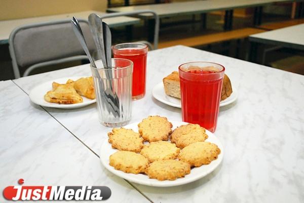В школьной столовой Екатеринбурга детей кормили из битой посуды, а персонал не обеспечивали мылом