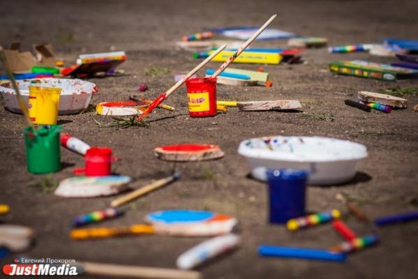 Уличные художники Екатеринбурга украсят киоски «Роспечати» победными выпусками газет