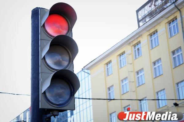 В центре Екатеринбурга образовалась огромная пробка из-за неработающего светофора