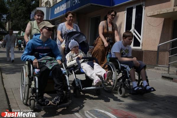 Власти оставили свердловских инвалидов без подгузников и средств реабилитации