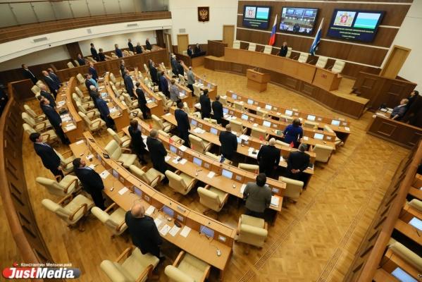Свердловские депутаты взбунтовались против «фронтовиков» из-за служебных машин и решили подарить провокаторам УАЗики