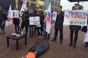 Екатеринбургские активисты устроили эксперимент с алкогольным энергетиком и свиной печенью прямо в центре города