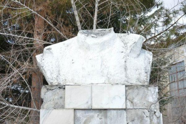 Бюст Ленину в Биробиджане рассыпался в руках у пожилого коммуниста