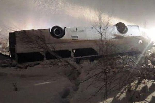 В Тюменской области перевернулся пассажирский автобус, погибли три человека
