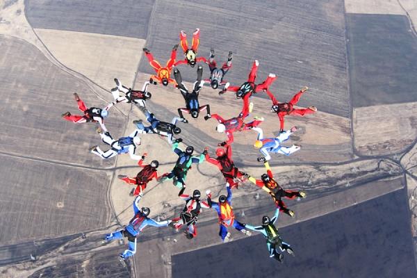 Уральские парашютисты собрали в небе «Звезду Победы». ФОТО