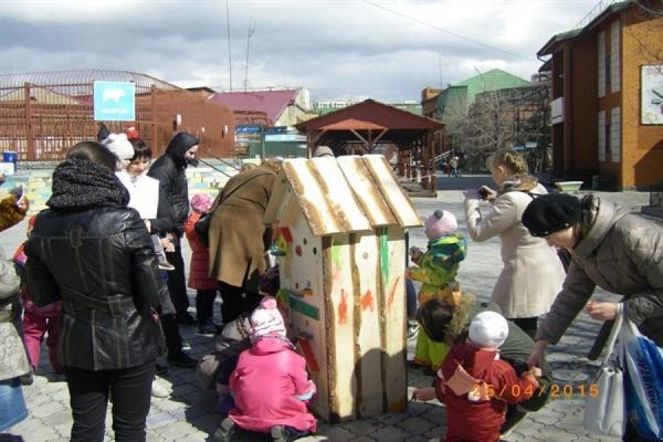 Юные жители Екатеринбурга создали  разноцветный арт-объект для птиц