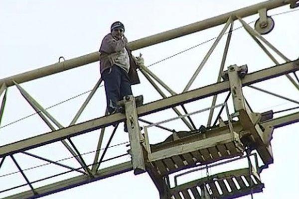 В Уфе строитель захватил кран, требуя выплатить ему долги по зарплате