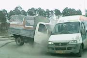 В Екатеринбурге Газель протаранила маршрутку-нарушительницу. ВИДЕО
