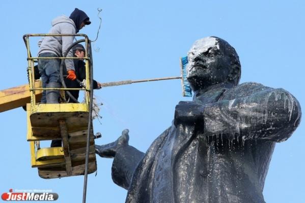 Памятник Ленину на площади 1905 года принял водные процедуры (ФОТО)