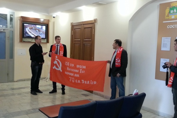 Гордума Екатеринбурга обязала город использовать копии Знамени Победы 9 мая