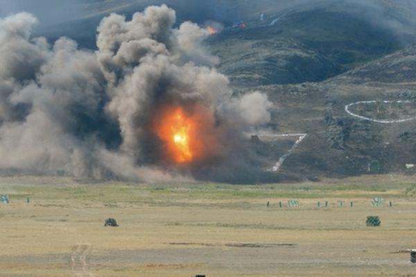 На полигоне в Ростовской области после взрыва САУ сгорело около 30 автомобилей