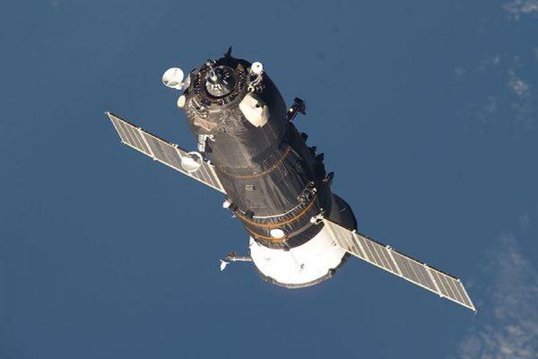 Две ночные попытки установить связь с космическим грузовиком «Прогрессом» окончились неудачей