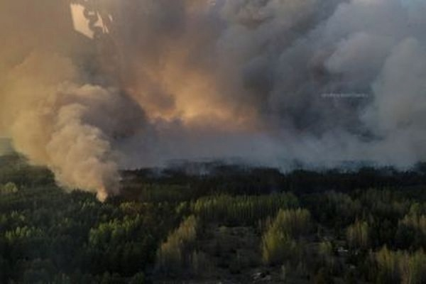 Украинские пожарные смогли остановить продвижение огня в чернобыльской зоне отчуждения