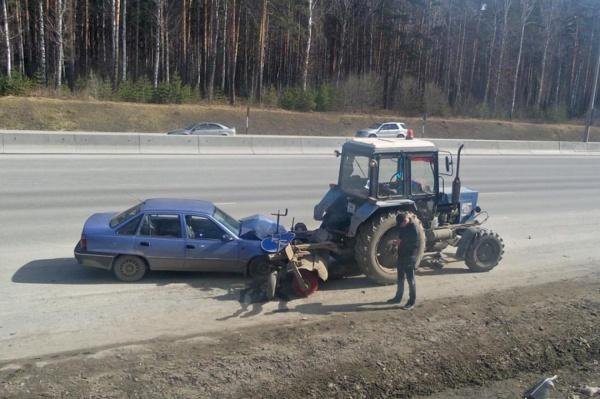 На Россельбане «учитель» на внедорожнике выдавил Daewoo Nexia под трактор. ФОТО