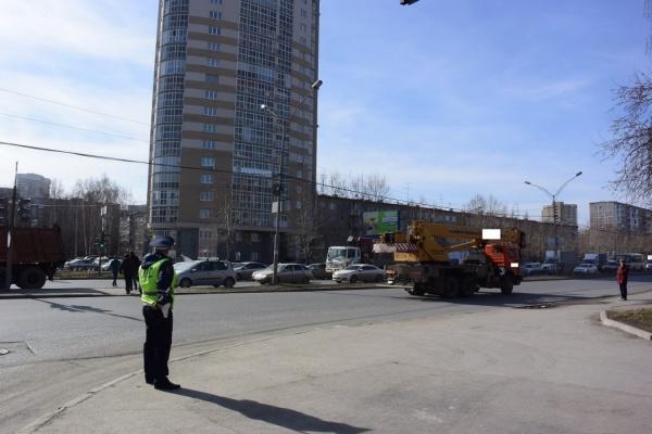 В Екатеринбурге КамАЗ проехал на красный свет и сбил ребенка