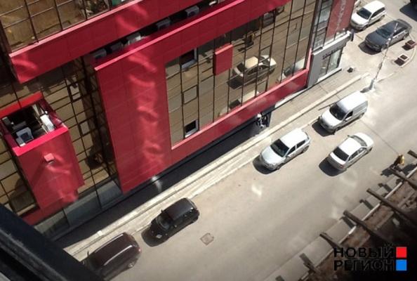 Облицовочная плитка бизнес-центра «Суворов» упала на голову екатеринбурженке