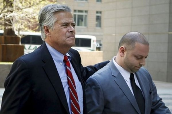 Председатель сената штата Нью-Йорк и его сын арестованы по делу о шантаже и мошенничестве