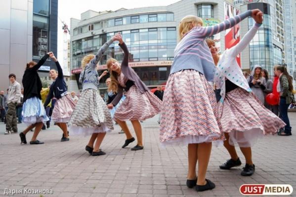 Екатеринбуржцы хором споют «Катюшу» и станцуют кадриль