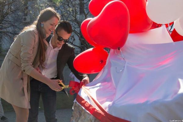 Во время открытия памятника студенческим семьям выпускник УПИ сделал предложение своей девушке