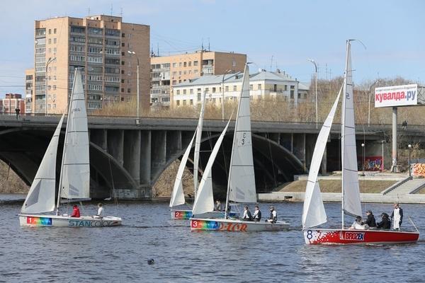 В центре Екатеринбурга именитые яхтсмены открыли парусный сезон праздничной регатой в честь 70-летия Победы
