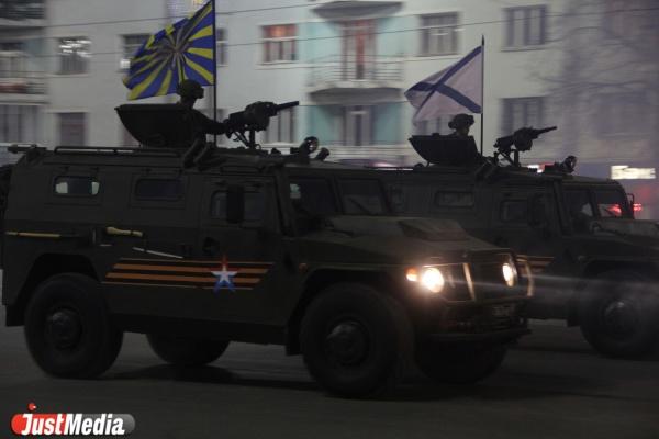 Генеральная репетиция парада в Екатеринбурге заставила горожан покорять заборы и вздрагивать от орудийных залпов