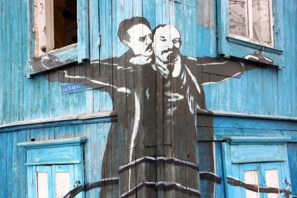 Шадринск превратил звезд «Титаника» в Ленина и Либкнехта
