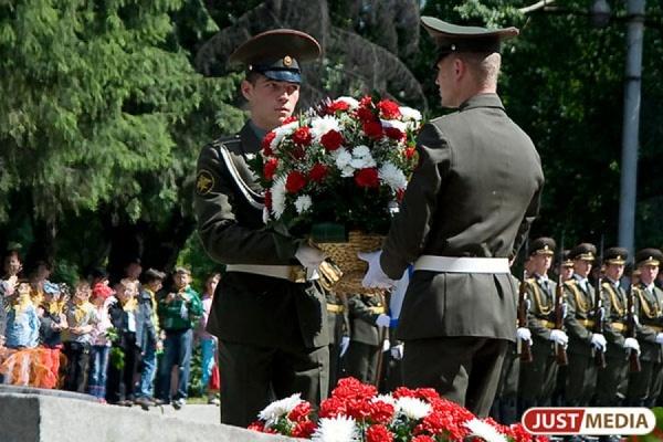 Якоб, Ройзман и Чернецкий приняли участие в митинге ко Дню Победы у одного из символов военного Урала