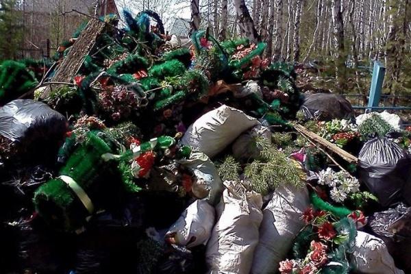 Под Первоуральском экологи завалили памятный камень на кладбище красноармейцев мусором