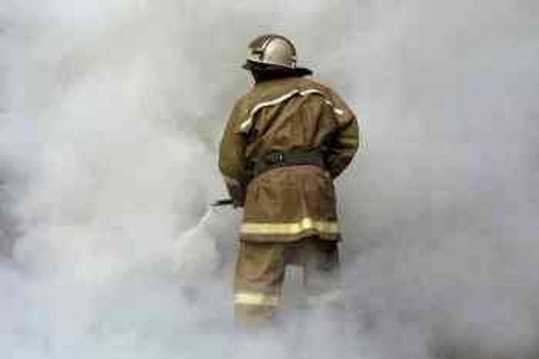 В Ленинградской области пожарные тушат возгорание на грузовой барже