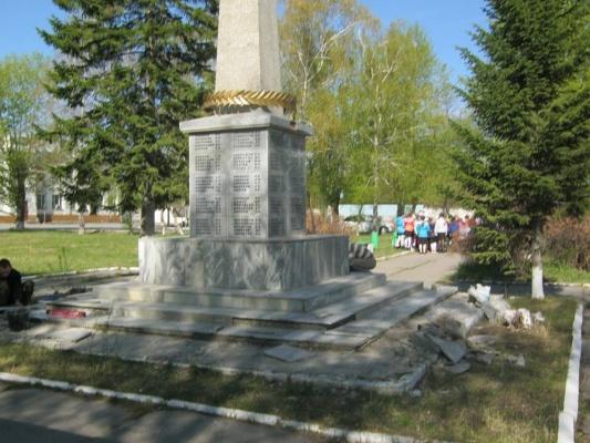 Предпраздничная агония. Ирбитские власти не дали детям возложить цветы к памятнику, а на активиста обещают подать суд за покраску надгробий