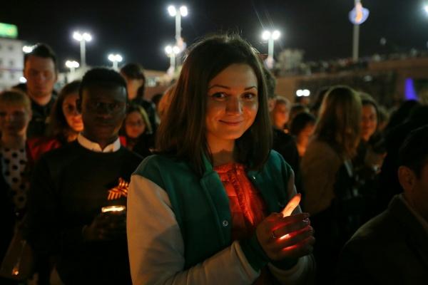 Горящая волна памяти  разлилась по центру Екатеринбурга. В Историческом сквере студенты зажги «Победу». ФОТО