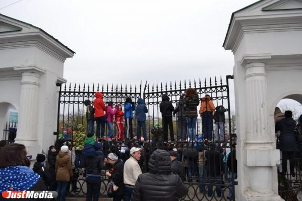 Уроки патриотизма. На параде Победы уральцы вместе с детьми залезали на крыши и деревья, чтобы увидеть технику