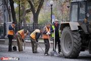 Дорожные службы Екатеринбурга восстанавливают асфальт на тротуарах и дорогах города