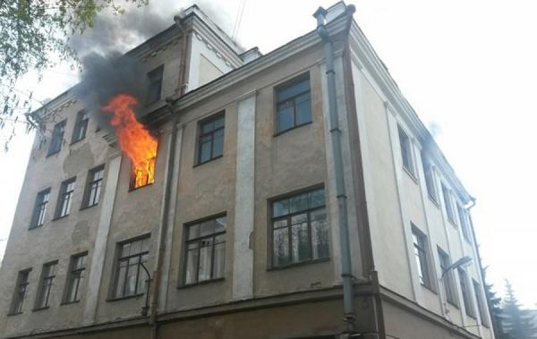 В Екатеринбурге горит пустующее здание, в котором работал первый президент России