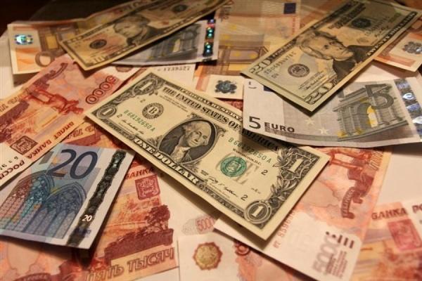 Доллар и евро падают по отношению к рублю