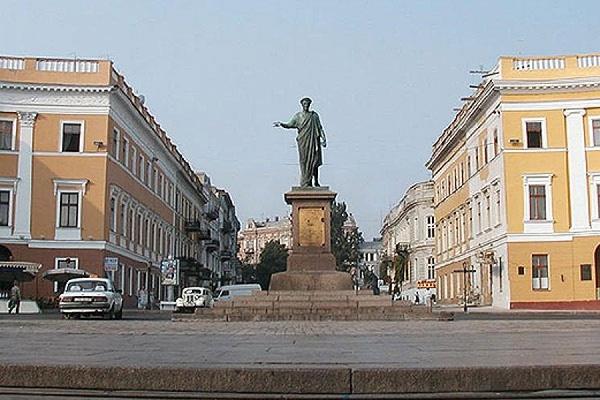 В Одессе подорвали коммуникационный колодец
