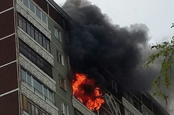 На ЖБИ сильный пожар в шестнадцатиэтажке. Идет эвакуация людей и горящего подъезда