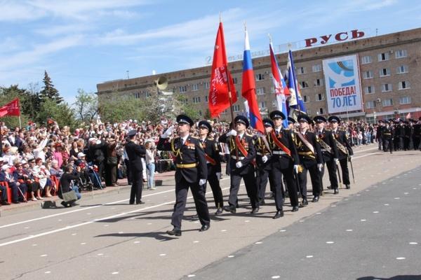 В День Победы воинские части Орловского гарнизона и ветераны прошли торжественным маршем по центральной площади Орла