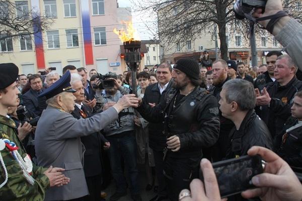 В поселке Шаблыкино Орловской области состоялась церемония зажжения Вечного огня, доставленного с могилы Неизвестного солдата