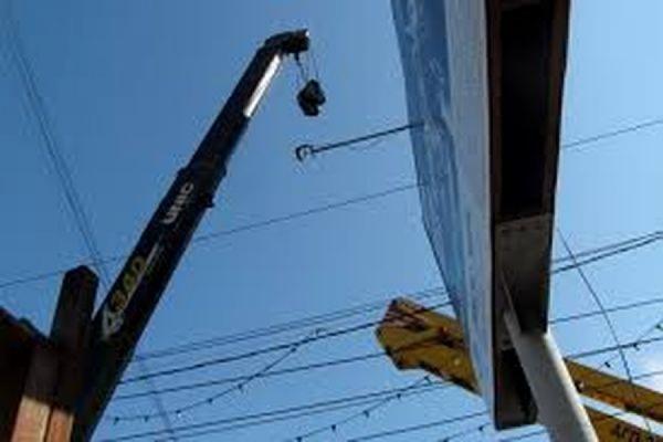 В Москве двоих рабочих убило током при демонтаже рекламного щита