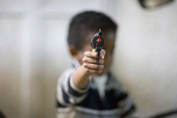 Во Флориде трехлетний мальчик выстрелил в лицо своей годовалой сестре