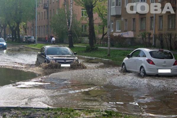 На Сортировке из-за потопа на дороге две машины остались без номеров