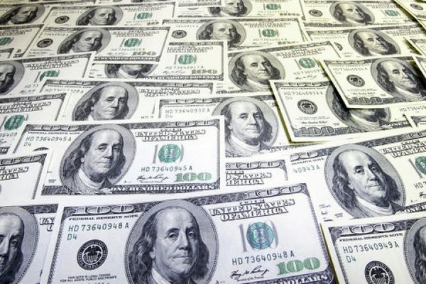 Официальный курс доллара опустился до 49,22 рубля