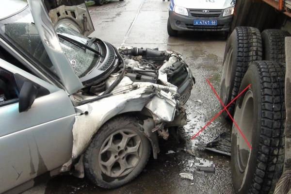 В Артемовском легковушка с пьяной женщиной за рулем влетела в стоящий КАМАЗ и сдвинула его с места