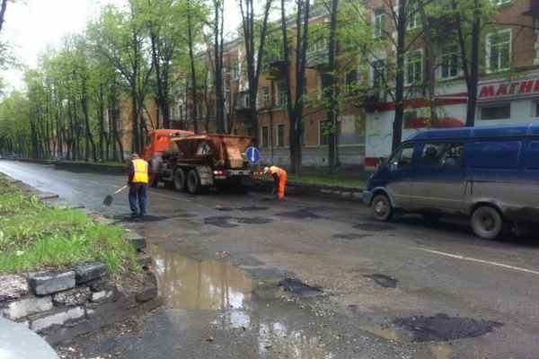 «Уралмаш — это сборище бракоделов». В Екатеринбурге рабочие в дождь вышли ремонтировать дороги