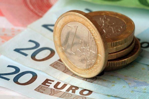 Центробанк РФ опустил курс евро ниже 56 рублей