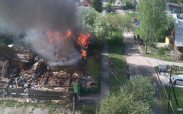 В Екатеринбурге на Гастелло горит частный дом. Горожане уверены, что скоро здесь начнется стройка