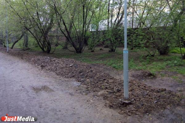 Екатеринбуржцы недовольны работами по освещению: Зеленая роща превратилась в грязевое месиво с хаотично натыканными столбами