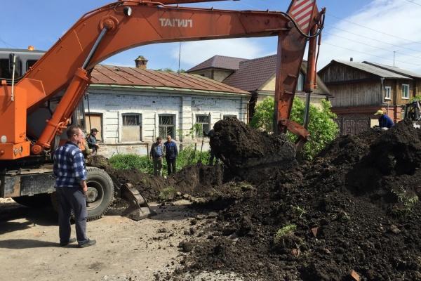На мэра Ирбита подействовали угрозы Охлопкова. У дома пенсионерки, годами жившей без воды, начались работы